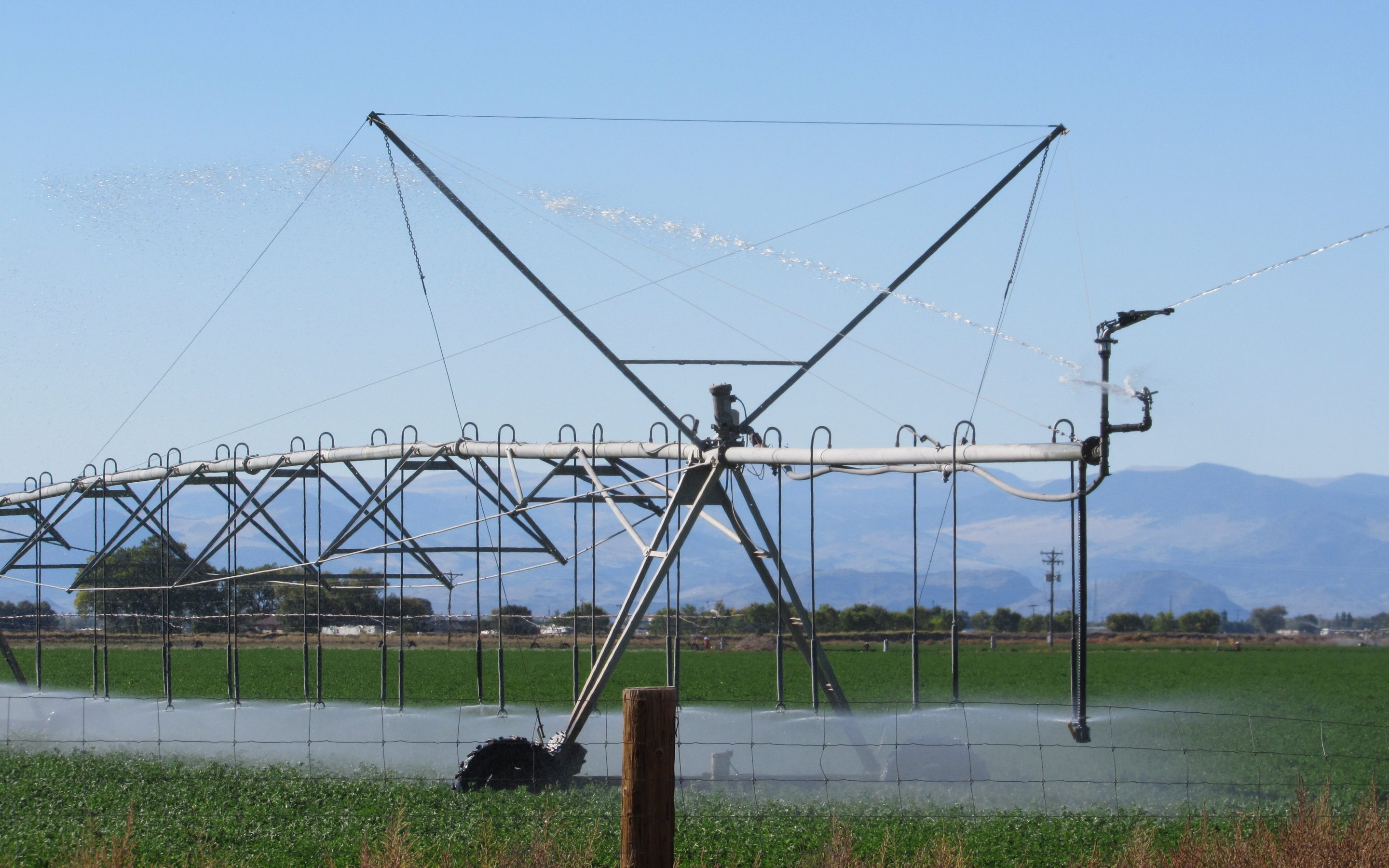 A center pivot irrigates a field in the San Luis Valley. Tensions have been high in the valley since Front Range developers proposed moving water out of the valley to metro Denver. Fresh Water News, along with PBS documentary series This American Land, traveled to the valley as part of a new partnership. Credit: Jerd Smith